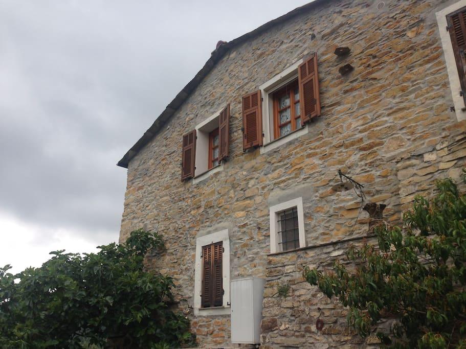 La facciata sul giardino casa
