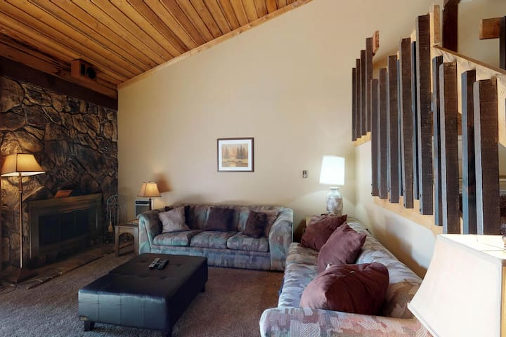 Mountain view condo w/ private deck & shared hot tub/pool - walk to the lake!