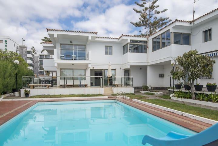 Villa Playa del Ingles beachfront pool by Lightbooking