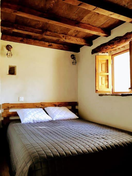 La chambre avec sa boiserie traditionnelle
