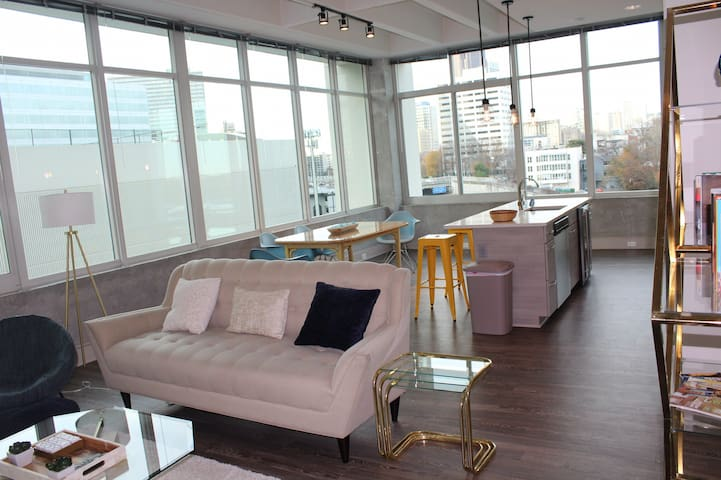 Entire Luxury Condo: Best Price in the city!