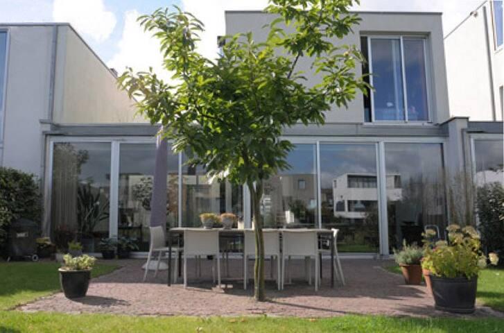 Waterside family villa in Amsterdam, free parking.