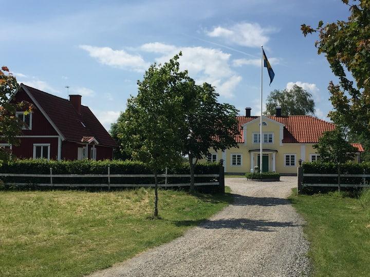Härligt sommarhus med egen trädgård och sjöutsikt
