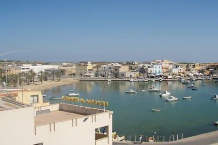 Lampedusa bivani sul Porto Vecchio - Lampedusa