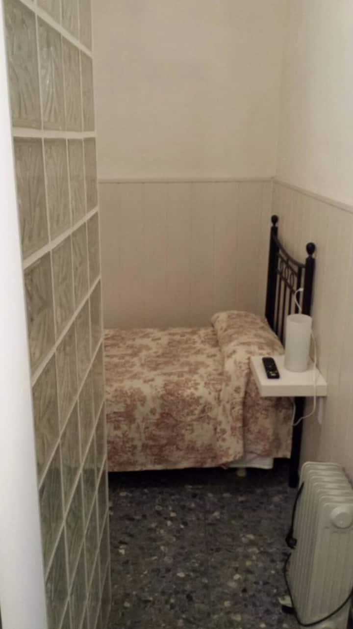 Habitación individual simple con baño privado