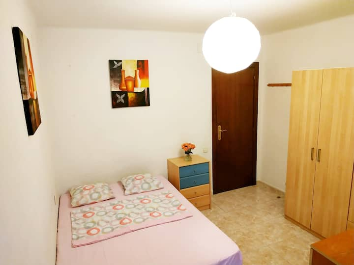Sunny room for 2 persons near Park Guell
