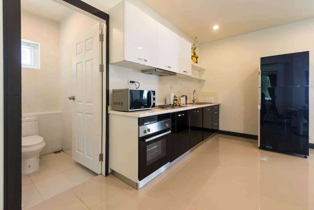 Fully equipped with kitchenware, kitchen appliance, cable, and WiFi.