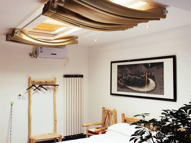 丝绸驿·步行至鸣沙山约10分钟,有空调有暖气有免费接站服务,躺在床上看星星的星光房