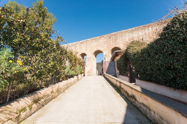 """""""Melrose Place"""" villino con spazi esterni immerso nel verde con parcheggio privato silenzioso e signorile in zona centrale con veduta su acquedotto romano ingresso indipendente"""