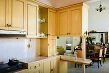 Dapur dengan 2 kompor gas dan refrigerator/kulkas ukuran sedang.