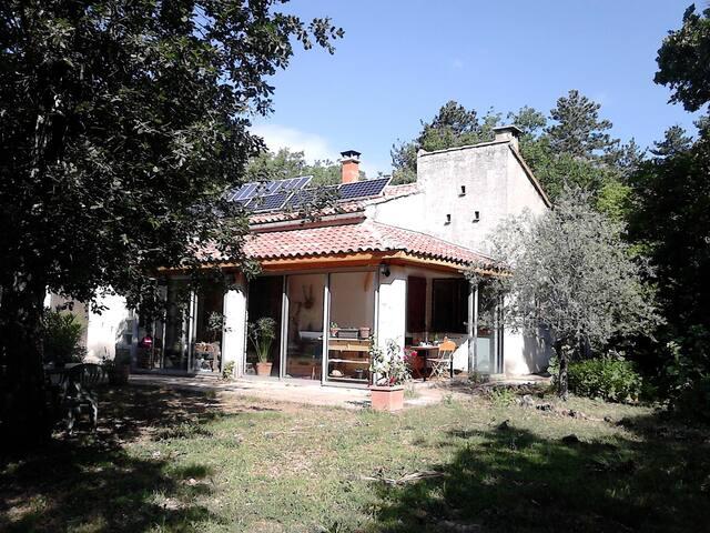 Maison écolo au calme - En Provence Verte - Esparron - บ้าน