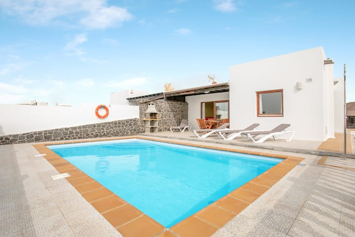 Villa Daniamand 1B with Mountain View, Wi-Fi, Garden, Terrace & Pool; Parking Available, Pets Allowed