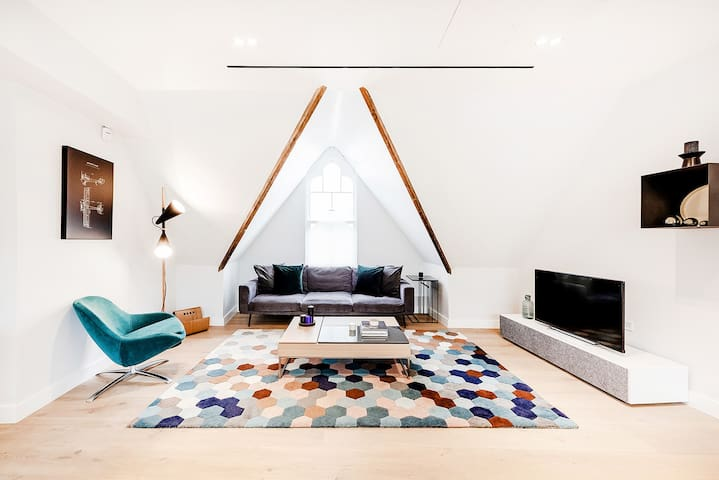 BEAUTIFUL CHIC 2-BED APARTMENT IN THE HEART OF COVENT GARDEN