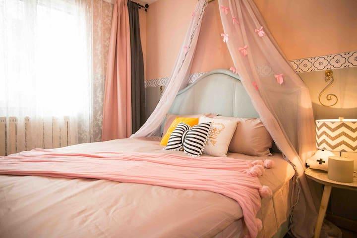 主卧干净舒服松软的大床(1.8×2.晚上带着甜甜的公主梦进入梦乡里。