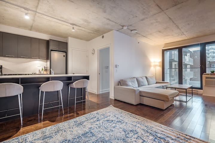 Stylish 1 BR with Outdoor Heated pool for winter