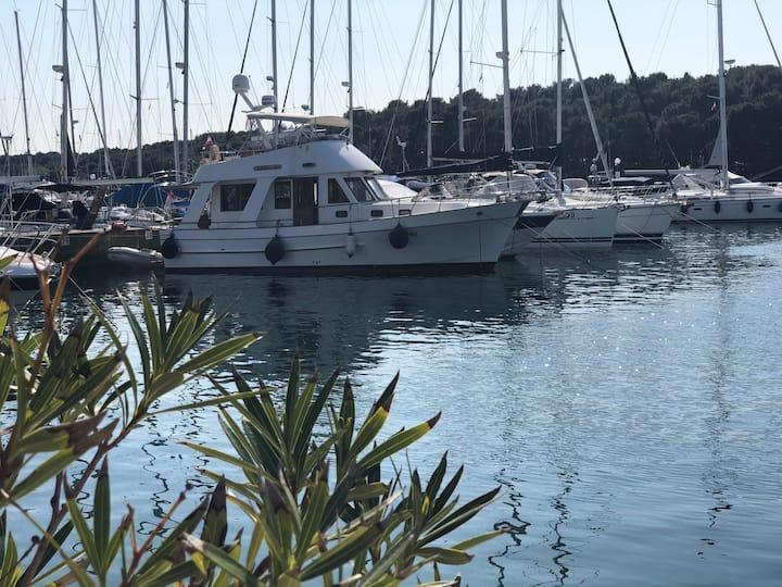 Lady Li: Enjoy relaxing days on a Gentleman Yacht