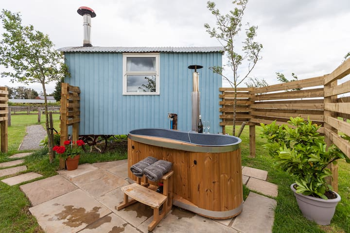 Shepherds Hut with wood heated Hot tub (  nr York)