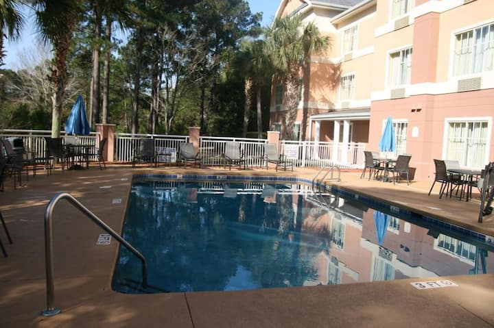 Great Deal! Cozy Unit, Close to Attractions, Pool!