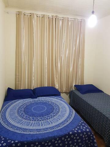 Quarto 1 - 1 Cama de Casal + 1 cama de solteiro + colchão extra.  Ventilador e roupa de cama.