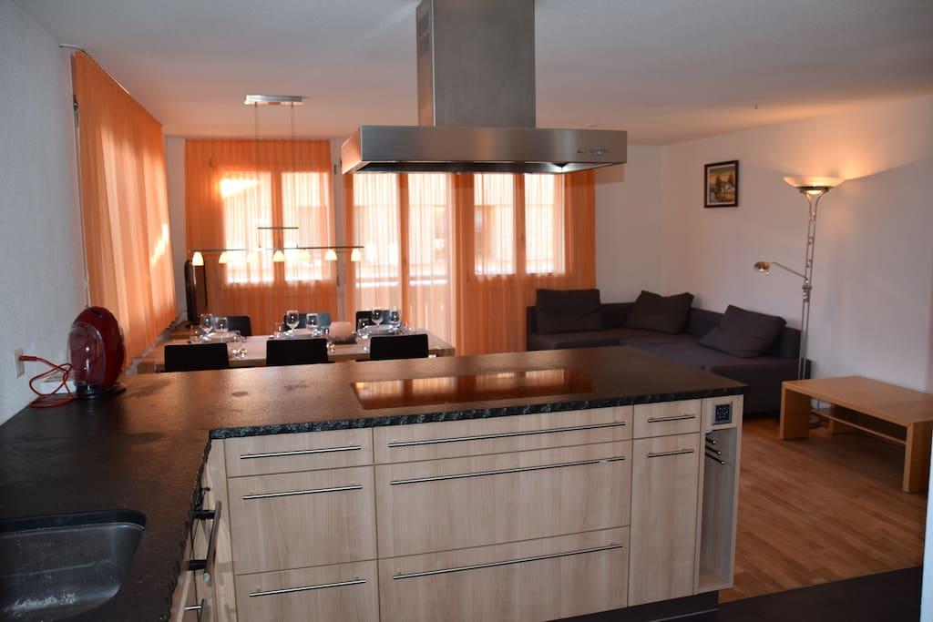 Küche mit Wohnzimmer bei Tag