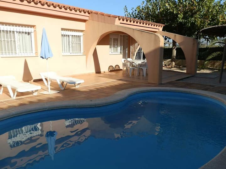 CASA Mª CARMEN,Ideal house for your holidays near the sea, free wifi, air conditioning, private pool, pets allowed, dog's beach.