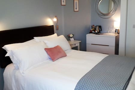 Private  Double ensuite bedroom by the  Marina