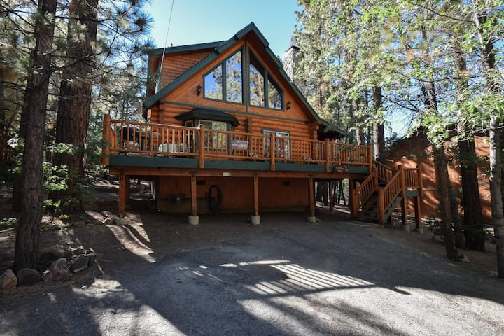Sinatras Villa: Close to Snow Summit and the Village! Pool Table! Charcoal Grill! Pet Friendly!