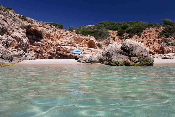 Cala del Morto. Summer lasts until the end of October in Pula.