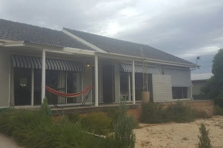 Large 2Bdrm House on Main St (Walk to the Gift) - Stawell - Huis