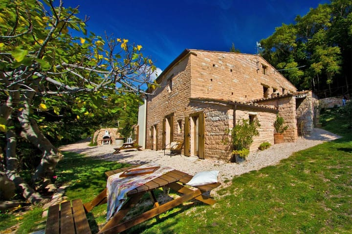 Maison de vacances avec piscine, dans un endroit calme près d'Acqualagna