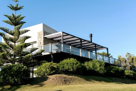Ocean view House in Punta del Este! Walk to Beach.