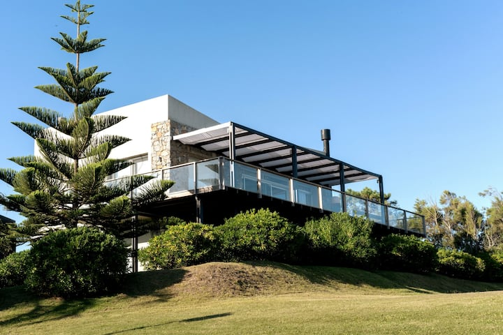 Ocean view House in Punta del Este! Walk to Beach.