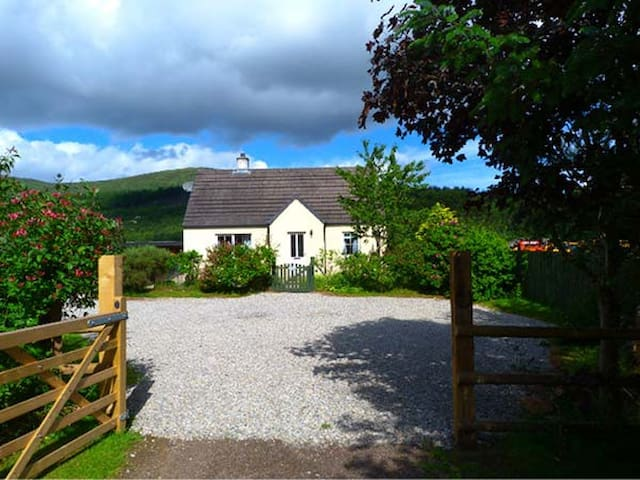 COSY COTTAGE, pet friendly, with open fire in Cannich, Ref 924176