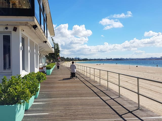 Beach front apt avail for xmas + new year 15 days