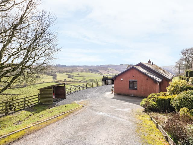 VRONGOCH COTTAGE, pet friendly in Llanbister, Ref 971747