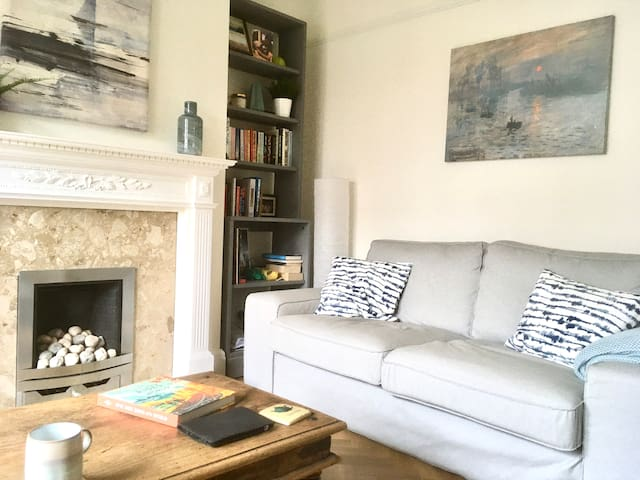 Lovely double room in East Oxford Townhouse.