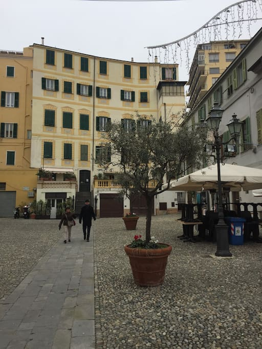 Piazza vicino la casa con bars e ristoranti tipici. San Siro square, close to the house with bars and typical restaurants.