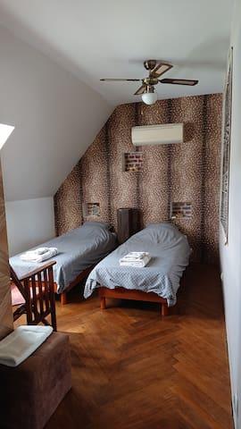 La chambre  « Out of Africa  » préparée en 2 lits simples