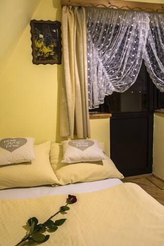 Pokój typu studio z łazienką i balkonem