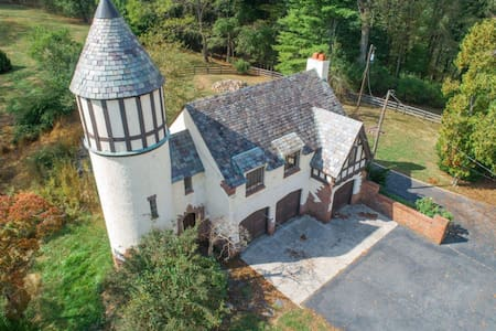 Private Greenbrier Tudor Guest House On 23 Acres!