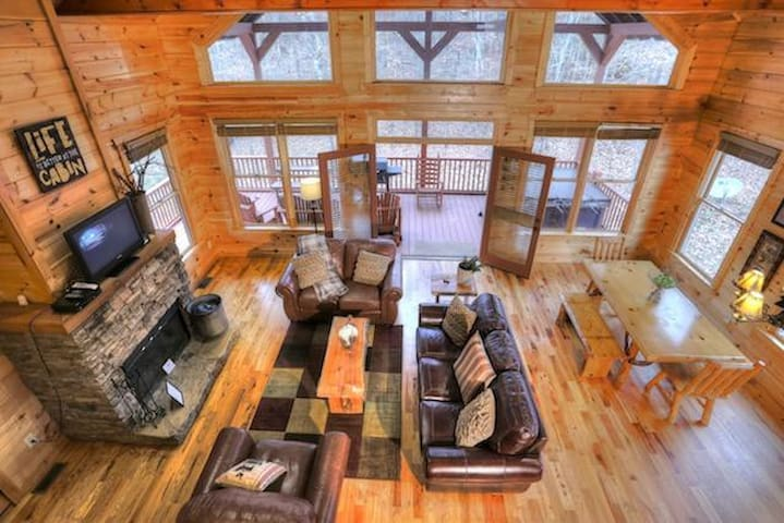 Desirable Family Cabin with Pool Table - Cleveland - Andre