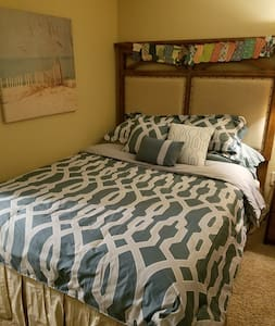 Queen real bed/Private bathroom/Nighttime use only - Greenville