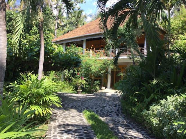 Beachfront & Tropical garden & Temple Yoga/Meditat