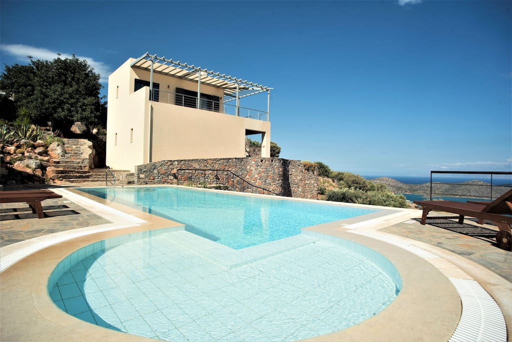 The pool and villa.