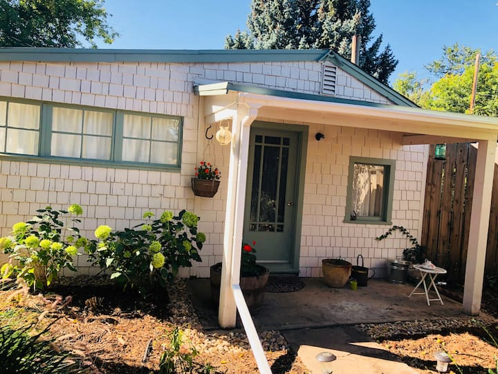 Charming Cottage Walking Distance to Pearl Street