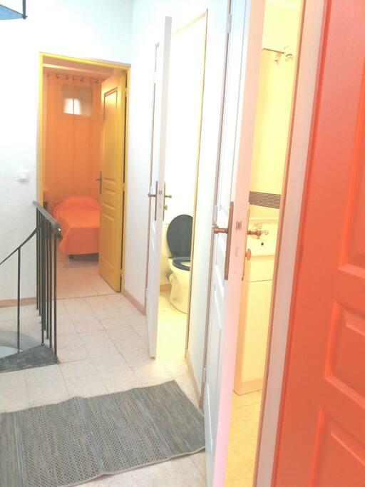 hall du premier étage; au fond chambre avec deux petits lits;