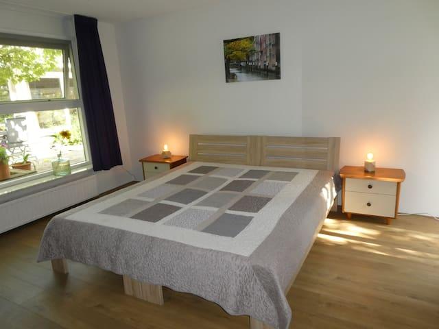 Grote slaapkamer met tweepersoonsbed