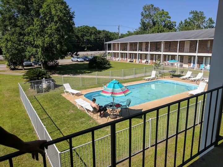 Palmetto.. Block from Beach ..sleeps 2 to 6