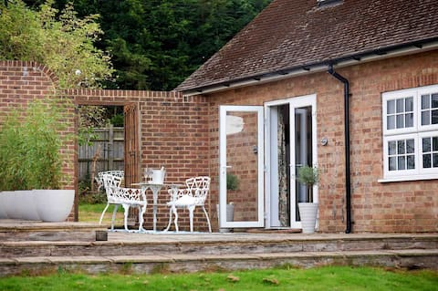 Weald Lodge - entire annexe with gated parking