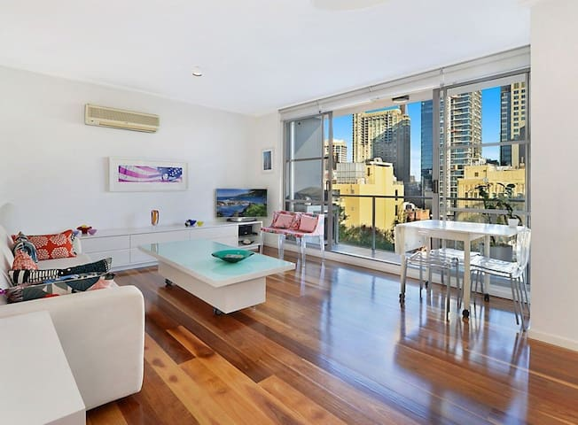 CBD View Stylish Vibrant Elegant Apt ! W/ Parking